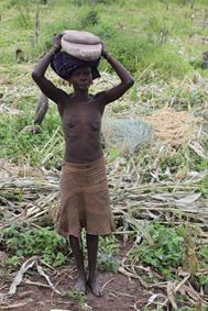 femme  Mursi portant sa meule au champ