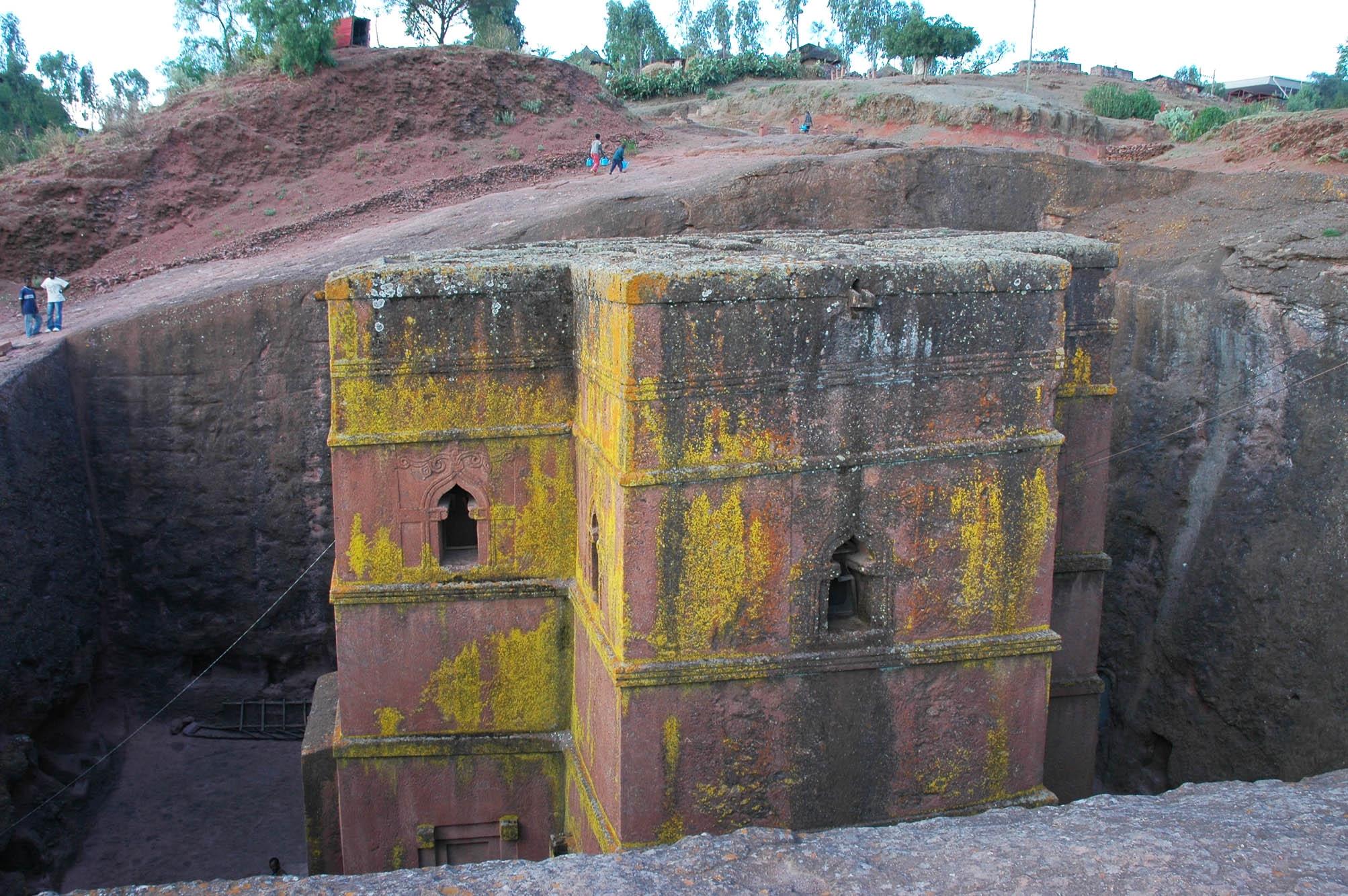 Lalibela (Ethiopie). L'église Beta Giyorgis, comme les dix autres églises monolithes de ce site, a été creusée dans des anciennes scories basaltiques consolidées. Cliché L. Bruxelles/Inrap et CFEE